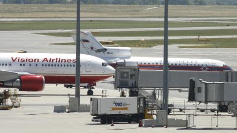 L'échange s'est produit sur le tarmac de l'aéroport de Vienne vendredi.