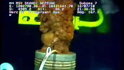 L'image, extraite d'une vidéo sous-marine, montre la fuite après que le nouvel entonnoir fut installé.