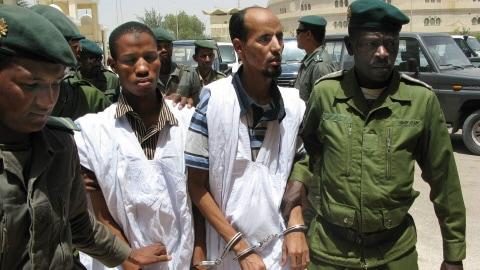 Des soldats conduisent au tribunal deux personnes soupçonnées d'être liées à Al-Qaïda en Mauritanie. (archives)