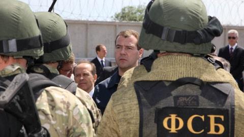 Des agents du FSB avec le président Dimitri Medvedev au Daguestan (archives)