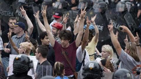 Des manifestants encerclés par les policiers antiémeutes.