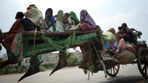 Des résidents de Sukkur au Pakistan quittent leur domicile sur une charrue.