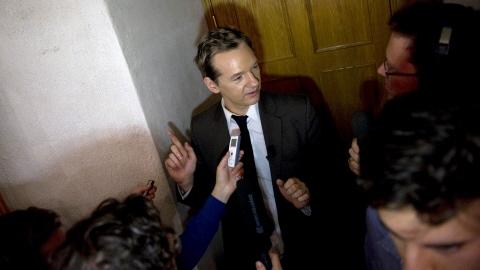 Le fondateur de WikiLeaks, Julian Assange, est interviewé par les médias lors d'un séminaire au siège de la Confédération des syndicats suédois, à Stockholm.