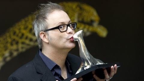 Le cinéaste Denis Côté remportant le Léopard d'argent à Locarno, le 14 août 2010