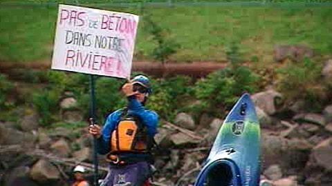 Un kayakiste manifeste à Shannon contre la construction d'une minicentrale sur la rivière Jacques-Cartier
