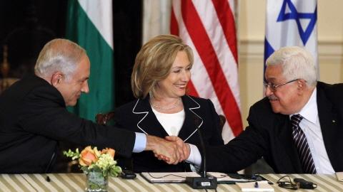 Poignée de main entre Benyamin Nétanyahou et Mahmoud Abbas