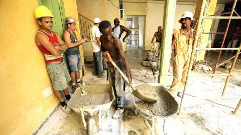 Des travailleurs cubains de la construction dans un édifice de La Havane