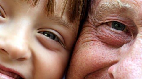 Un grand-père et sa petite fille