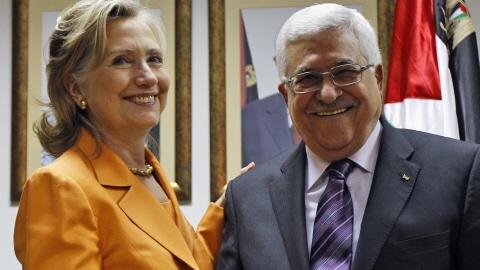 Hillary Clinton rencontre Mahmoud Abbas avant son départ pour la Jordanie.