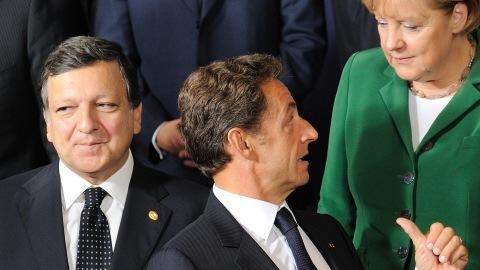 Le président de la Commission européenne, Jose Manuel Barroso, le président français Nicolas Sarkozy et la chancelière allemande Angela Merkel au moment de la prise d'une photo de famille du sommet de l'Union européenne