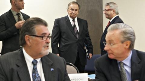 Le ministre MacMillan et son ex-collègue au Travail Michel Desprès. En arrière-plan, entre les deux hommes, le collecteur de fonds Charles Rondeau.