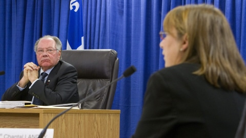 Le commissaire Bastarache écoute le témoignage de Chantal Landry.