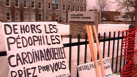 Des pancartes dénonçant les pédophiles devant le Collège Notre-Dame