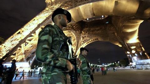 Des soldats français au pied de la tour Eiffel
