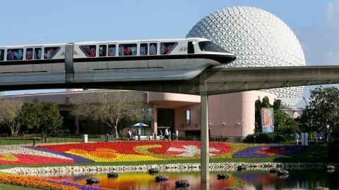 Un monorail à Disney World, dans un décor qui ressemble beaucoup au parc Jean-Drapeau.