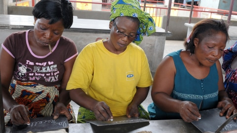 Des femmes apprennent à lire et à écrire en Côte-d'Ivoire.