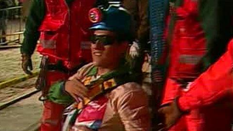 Carlos Mamani, quatrième mineur à sortir de la mine de San José, dans la nuit du 12 au 13 octobre 2010.