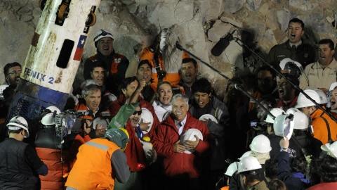 Luis Alberto Urzua (centre gauche) en compagnie du président chilien Sebastian Pinera