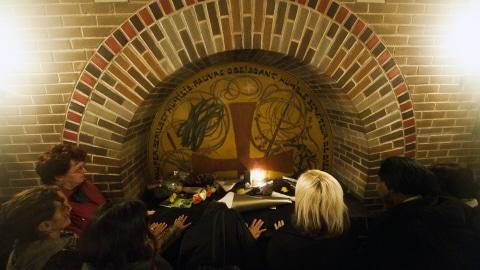 Des fidèles se recueillent sur le tombeau du frère André.