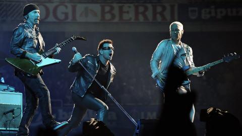 Le chanteur du groupe U2 et deux de ses musiciens, The Edge (à g.) et Adam Clayton lors d'un concert en Espagne en septembre 2010.