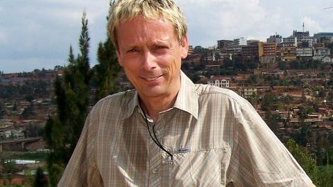 Le journaliste Denis-Martin Chabot lors d'un reportage au Rwanda en 2009 sur la problématique des médicaments génériques pour traiter le VIH.