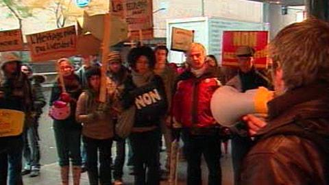 Ce manifestant dénonce l'exploitation du gaz naturel aux Îles-de-la-Madeleine, d'où il est originaire.