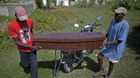Deux Haïtiens transportent le cercueil d'un enfant victime du choléra, le 24 octobre 2010, à Rossignol.