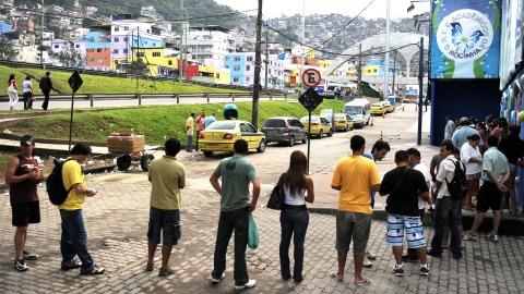 Des Brésiliens font la file devant un bureau de vote de Rio de Janeiro.