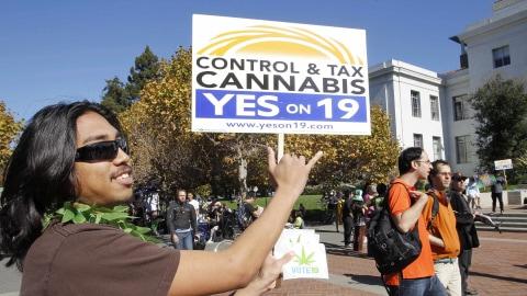 Un partisan de la proposition 19 à l'université de Berkeley, en Californie