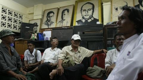 Des membres de la LND sont réunis dans les locaux du parti, sous le portrait du général Aung San, héros de l'indépendance et père de Aung San Suu Kyi.