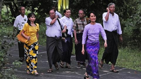 Aung San Suu Kyi se rend à la rencontre de ses partisans, le 13 novembre 2010.
