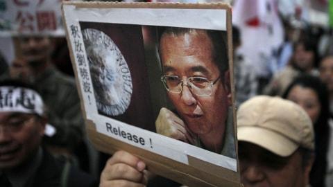 Un homme brandit une pancarte exigeant la libération de Liu Xiaobo, lors d'une manifestation tenue au Japon la semaine dernière.