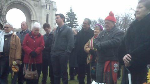 Une centaine de personnes, dont certaines venant de Saskatchewan et d'Alberta, ont assisté à la cérémonie sur la tombe de Louis Riel.