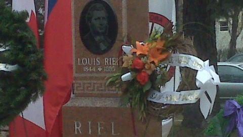 Une cérémonie rend hommage à Louis Riel.