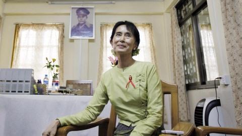 Aung San Suu Kyi a reçu un journaliste d'Associated Press dans son bureau, au quartier général de son parti, à Rangoon. En arrière-plan, une photo de son père, le général Aung San, héros de l'indépendance birmane.(archives)