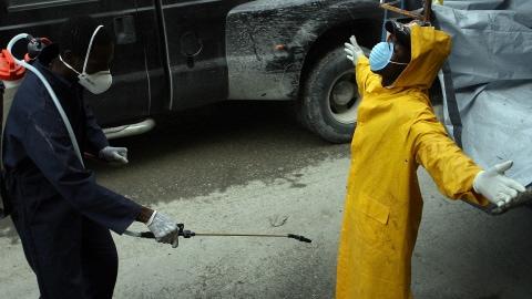Un travailleur sanitaire est désinfecté, à Port-au-Prince, le 22 novembre 2010.