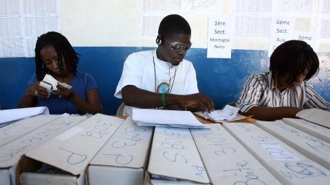 Des organisateurs des élections vérifient les cartes d'identifications des électeurs, le 19 novembre 2010, à Port-au-Prince.