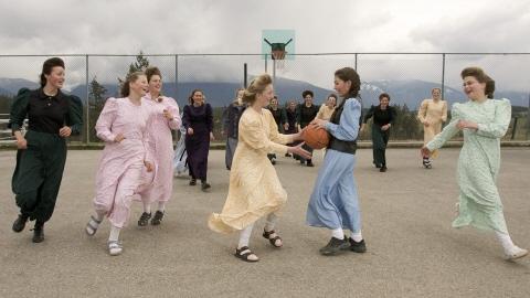 De jeunes élèves jouent au ballon dans la cour de l'école de la communauté mormone de Bountiful.