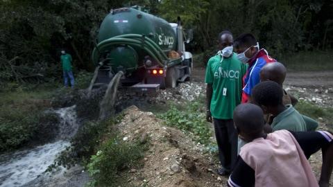 Des eaux usées provenant du camp népalais sont déversées dans un cours d'eau le 27 octobre dernier.