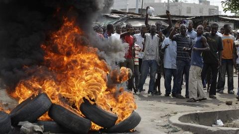Des partisans d'Alassane Ouattara chantaient «Nous ne voulons pas Gbagbo», lundi, dans le quartier Koumassi d'Abidjan.