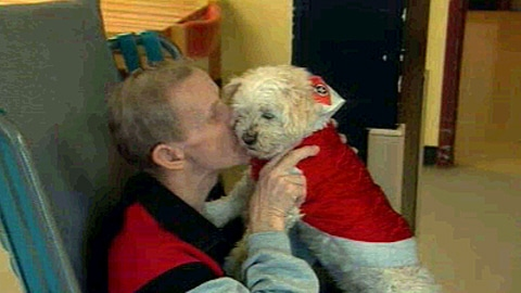 Une personne âgée avec le chien Marina