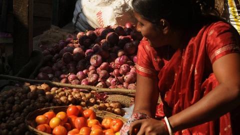 Vente de légumes dans un marché indien.