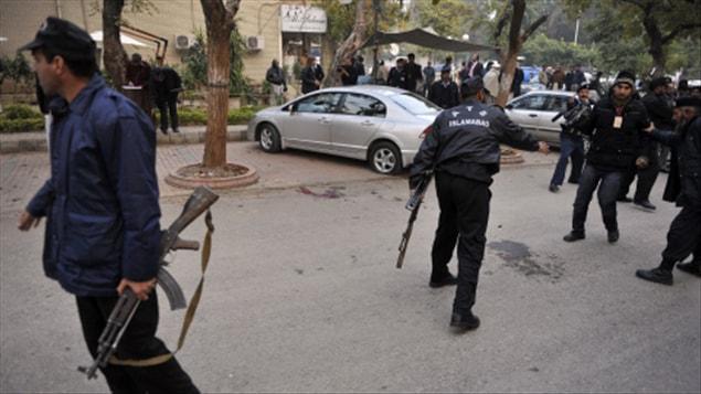Les policiers sécurisent le périmètre où s'est produit l'assassinat de Salmaan Taseer.