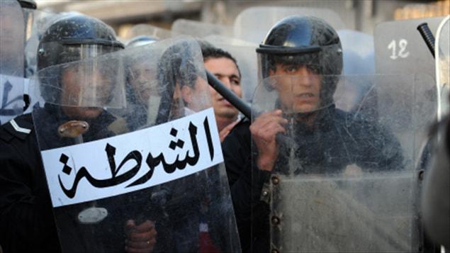 Des membres des forces de sécurité lors d'une manifestation à Tunis, le 27 décembre.
