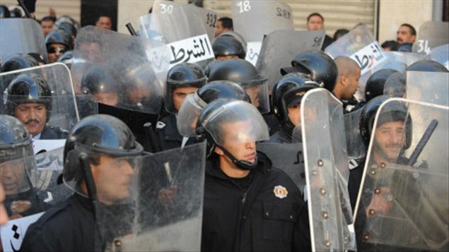 Les forces de police tunisiennes, lors d'une manifestation à Tunis, le 27 décembre 2010.