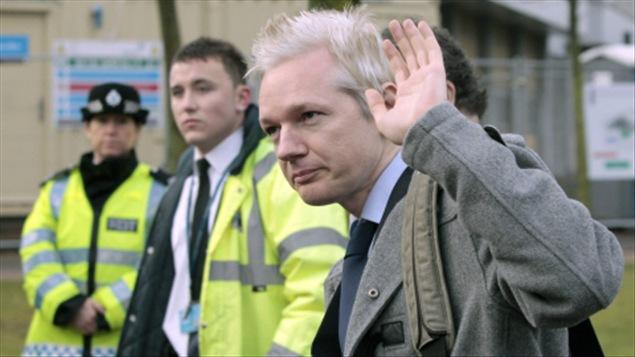 Julian Assange, à son arrivée au tribunal de Belmarsh.