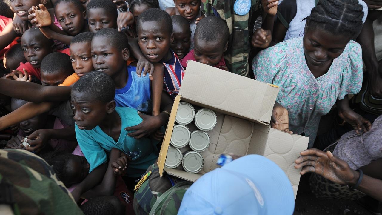 Des Haïtiens reçoivent des denrées alimentaires le 23 janvier 2010.