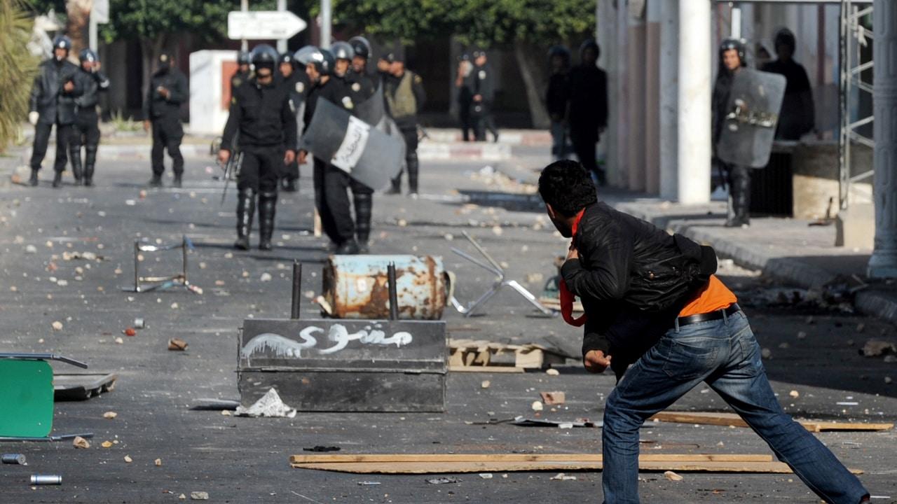Un manifestant lance des pierres en direction des forces policières, près de Sidi Bouzid, le 10 janvier 2010.