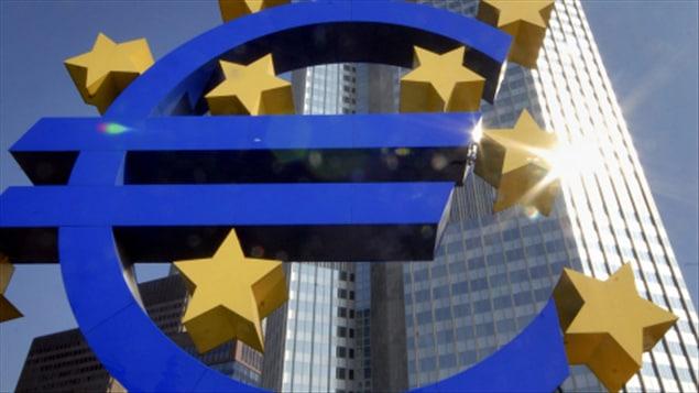 Une sculpture représentant l'euro, devant l'édifice de la Banque centrale européenne à Francfort, en Allemagne