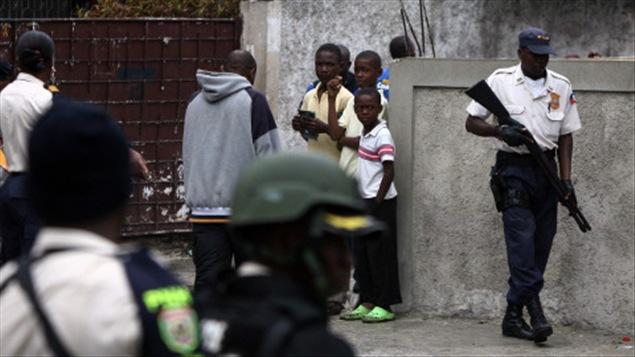 Un policier haïtien en patrouille à Port-au-Prince, en décembre.